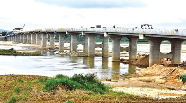 Hợp long cầu Thạch Bích vượt qua sông lớn Trà Khúc